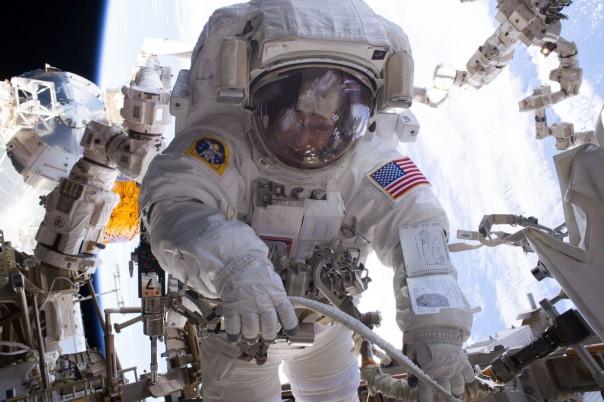 La astronauta Peggy Whitson realizando una caminata espacial